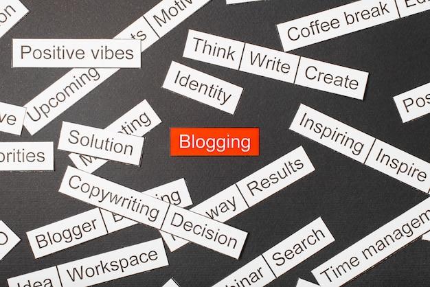 Wytnij blogowy napis na papierze wycięty z papieru otoczony innymi napisami Premium Zdjęcia