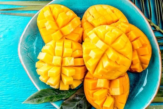 Wytnij Mango Na Niebieskim Talerzu Premium Zdjęcia