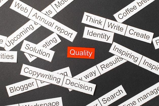 Wytnij papierową jakość napisów na czerwonym tle, otoczoną innymi napisami na ciemnym tle. chmura słów Premium Zdjęcia