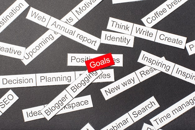 Wytnij papierowe cele z napisami wycięte z papieru otoczone innymi napisami Premium Zdjęcia