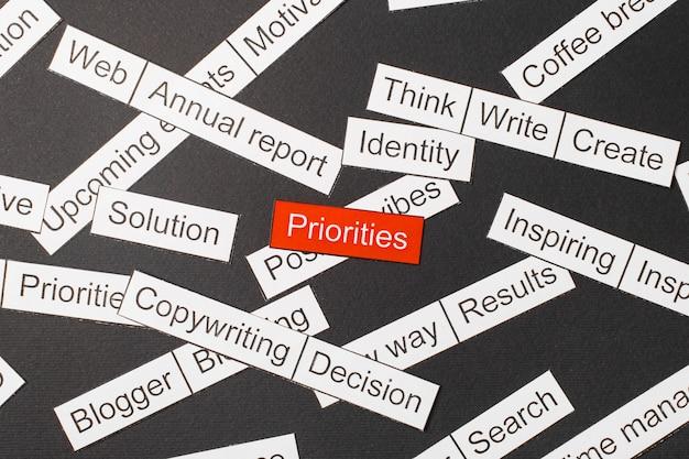 Wytnij Papierowe Priorytety Napisów Na Czerwonym Tle, Otoczone Innymi Napisami Na Ciemnym Tle. Koncepcja Chmura Słowa. Premium Zdjęcia