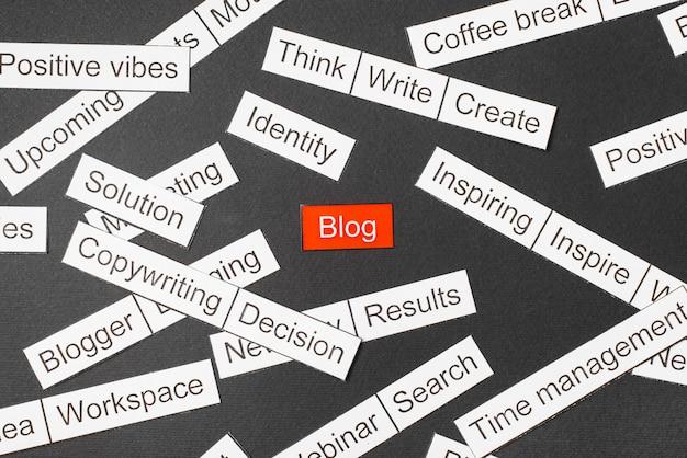 Wytnij papierowy blog z napisami na czerwonym tle, otoczony innymi napisami na ciemnym tle. chmura słów Premium Zdjęcia