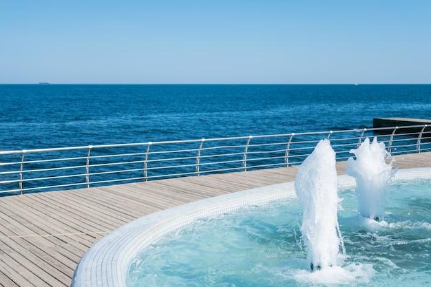 Wytrysk wody z fontanny. splash i pianka wody Premium Zdjęcia