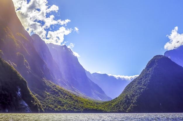 Wytrzymałe Szczyty Milford Sound Z Promieniami Słońca. Fiordland, Nowa Zelandia Premium Zdjęcia