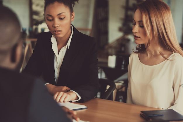 Wywiad dwóch kobiet rekrutujących afro american guy. Premium Zdjęcia