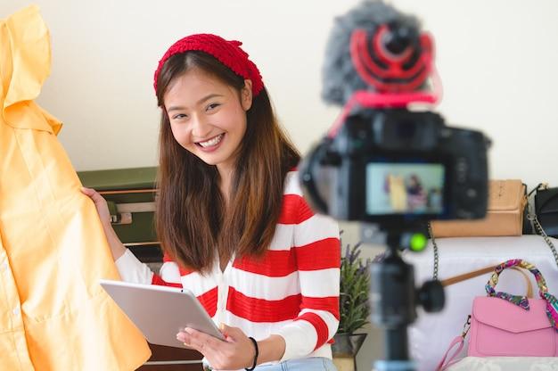 Wywiad Z Blogerem Beauty Asian Vlogger Z Profesjonalnym Filmem Z Aparatu Cyfrowego Dslr Premium Zdjęcia