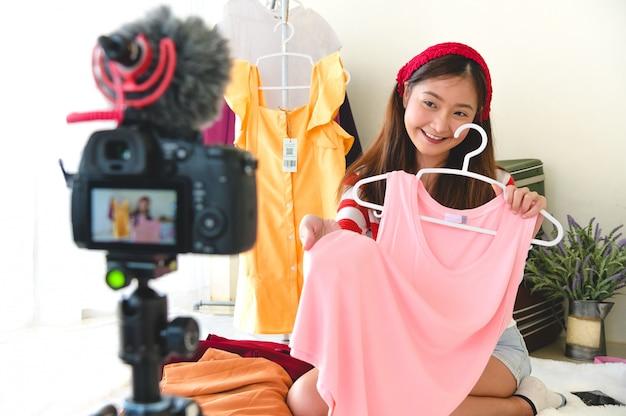 Wywiad Z Blogerem Z Piękną Młodą Azjatycką Blogerką Vlogger Z Profesjonalnym Filmem Z Aparatu Cyfrowego Dslr Premium Zdjęcia