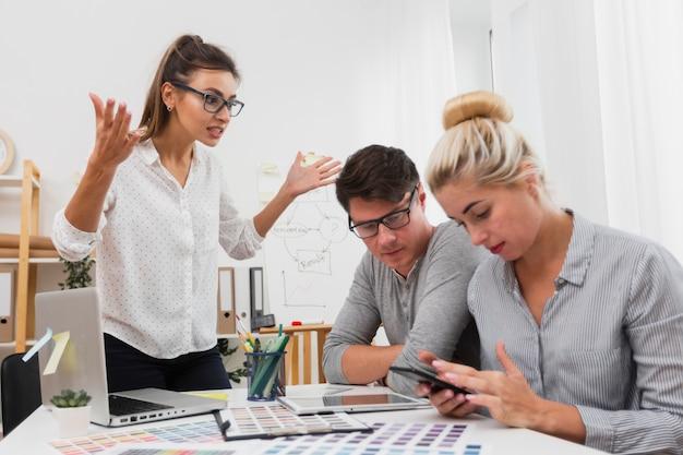 Wzburzona kobieta patrzeje jej partnerów biznesowych Darmowe Zdjęcia