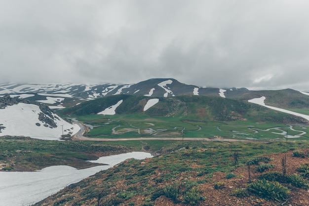 Wzgórza W Połowie Pokryte śniegiem W Dzień Chmur Darmowe Zdjęcia