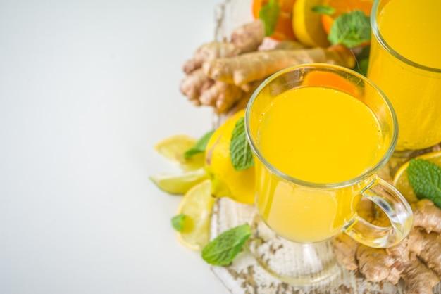 Wzmacniający Odporność Naturalny Zdrowy Napój Witaminowy Przeciw Wirusowi. świeży Organiczny Imbir I Sok Cytrusowy Premium Zdjęcia
