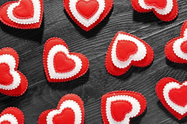 Wzór Czerwonych Serc Na Czarnym Tle Drewnianych. Koncepcja Miłości I Walentynki. Premium Zdjęcia