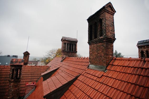 Wzór dachówki z ceglanym kominem w starym gorącym dworku Premium Zdjęcia
