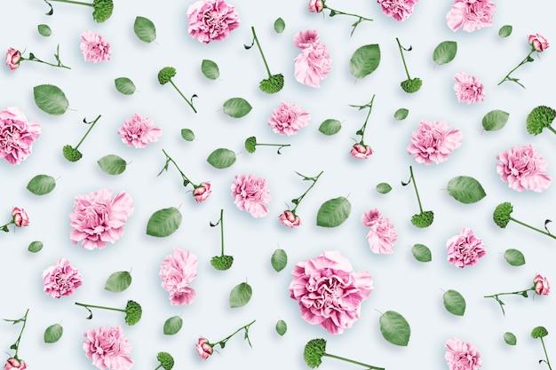 Wzór różowe i beżowe róże i zielone liście na białym tle Premium Zdjęcia