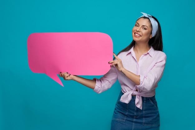 Wzorcowy Ono Uśmiecha Się I Pokazuje Papierowy Mowa Bąbel. Premium Zdjęcia