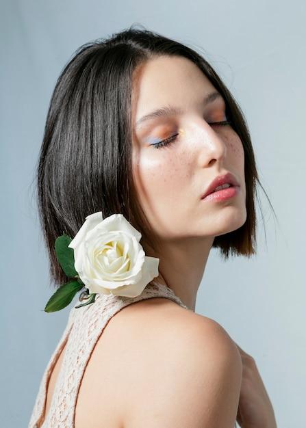 Wzorcowy pozować z białą różą Darmowe Zdjęcia