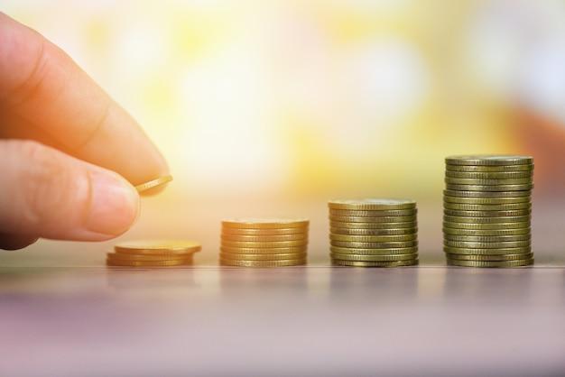 Wzrostowe pieniądze monety na stole Premium Zdjęcia