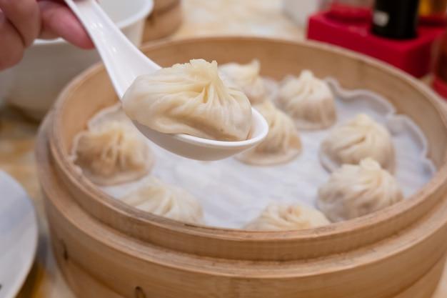 Xiao Długie Bułeczki Z Zupą Bao Z Pałeczkami W Restauracji (tradycyjne Chińskie Jedzenie) Premium Zdjęcia