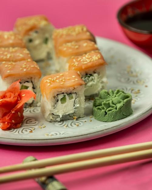 Z Bliska Bułki Sushi Pokryte łososiem Podawane Z Wasabi Nad Imbirem Darmowe Zdjęcia