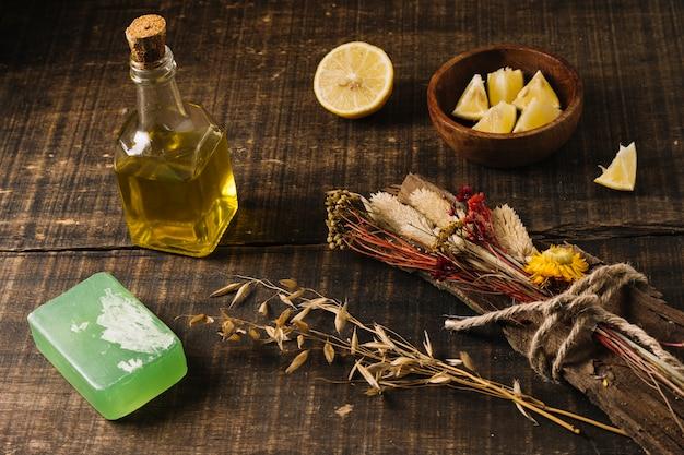 Z Bliska Strzał Oliwa Z Oliwek Z Mydłem Cytryny I Roślin Darmowe Zdjęcia