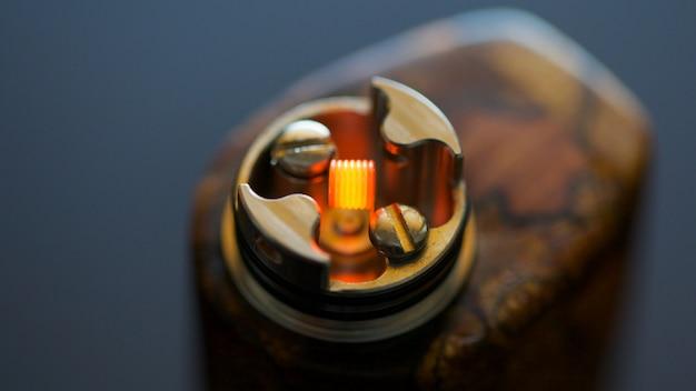 Z bliska, zdjęcie makro z testu wypalającego pojedynczą mikro-cewkę w wysokiej klasy rekonstrukcyjnym kapiącym atomizerze dla chasera smaku Premium Zdjęcia
