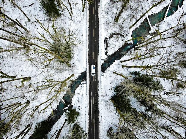 Z Lotu Ptaka Ujęcie Wąskiej Drogi W Górach W Pobliżu Przełęczy Stevena W Seattle W Stanie Waszyngton W Usa Darmowe Zdjęcia