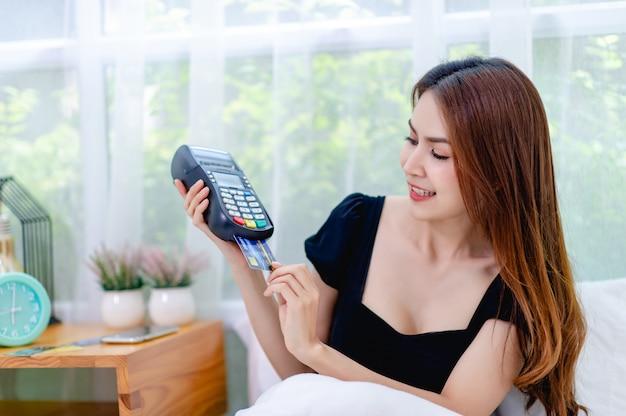 Z machnięciem karty kredytowej w łóżku Premium Zdjęcia