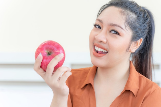 Z Nadwagą Pulchna Azjatka Z Jabłkiem Darmowe Zdjęcia