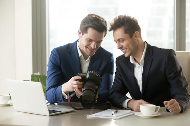 Z podnieceniem biznesmena mienia fachowa kamera, pokazuje photogr Darmowe Zdjęcia