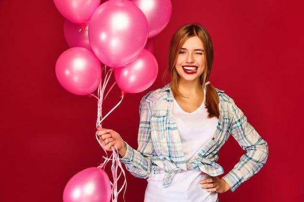 Z Podnieceniem Młoda Kobieta Pozuje Z Różowymi Lotniczymi Balonami Darmowe Zdjęcia