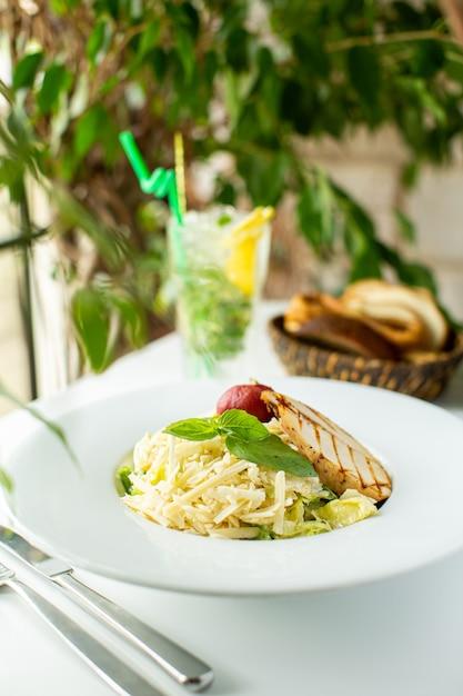 Z Przodu Widok Z Bliska Smaczny Posiłek Gotowany Makaron Z Zielonym Liściem I Mięsem Wewnątrz Białej Tablicy Na Białym Biurku Darmowe Zdjęcia