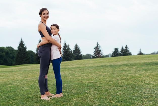 Z ukosa matka i córka przytulanie w przyrodzie Darmowe Zdjęcia