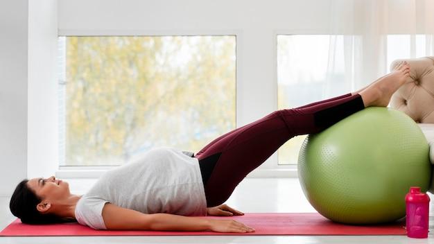 Z Ukosa Młoda Kobieta W Ciąży ćwiczenia Na Piłce Fitness Darmowe Zdjęcia
