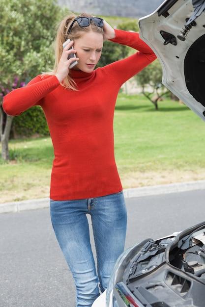 Zaakcentowana kobieta patrzeje silnika Premium Zdjęcia