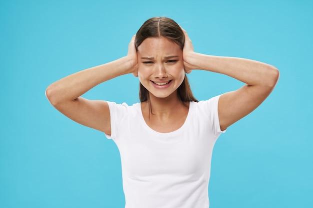 Zaakcentowana Młoda Kobieta Z Rękami Na Głowie Premium Zdjęcia