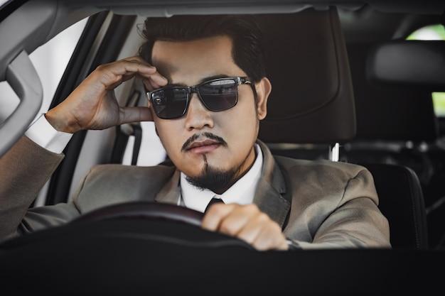 Zaakcentowany Biznesowy Mężczyzna Jedzie Samochód Premium Zdjęcia