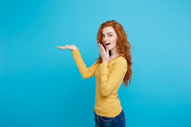 Zabawa I Ludzie Koncepcji - Headshot Portret Szczęśliwy Imbir Czerwony Dziewczyna Włosy Z Prezentacji Ręcznie Daleko I Wstrząsające Wypowiedzi. Pastel Niebieskim Tle. Skopiuj Miejsce. Premium Zdjęcia
