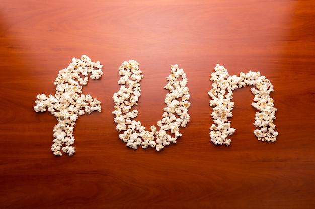 Zabawa Z Popcornem Premium Zdjęcia