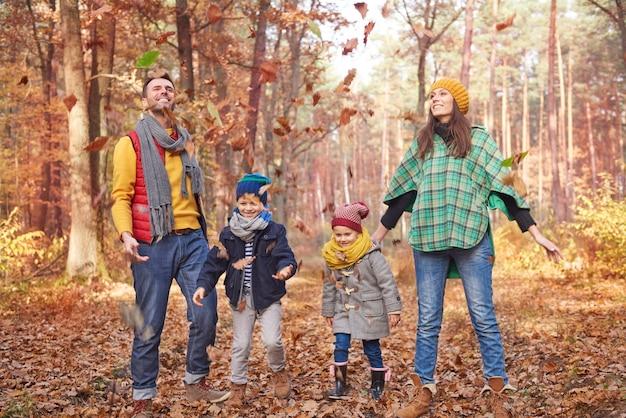 Zabawa Z Rodziną W Lesie Darmowe Zdjęcia