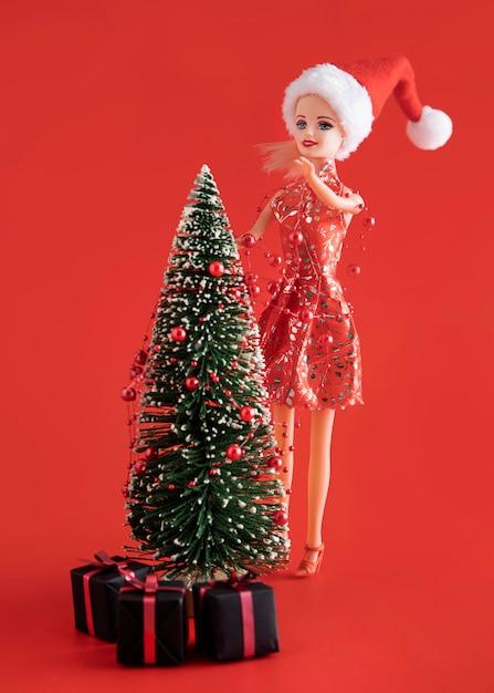 Zabawka Barbie Dekorująca Choinkę Premium Zdjęcia