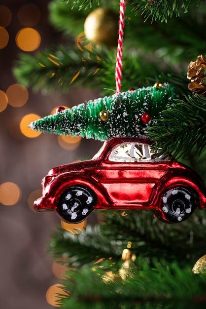 Zabawki choinkowe w kształcie czerwonego samochodu Premium Zdjęcia