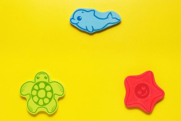 Zabawki Flatlay Na żółtym Tle. życie Morskie. Makieta Projektu Z Miejsca Kopiowania. Premium Zdjęcia