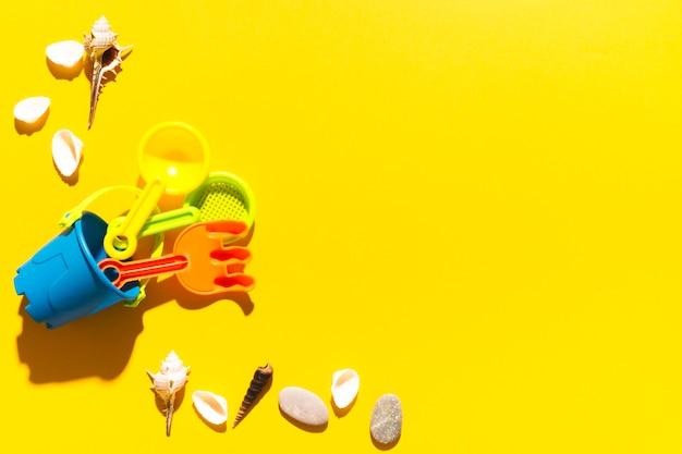 Zabawki i skorupy na jaskrawym tle Darmowe Zdjęcia