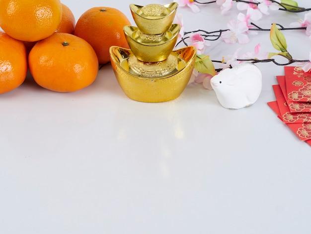 Zabawkowa Mysz I Mandarynki Ze Złotymi Pojemnikami I Papierami Premium Zdjęcia