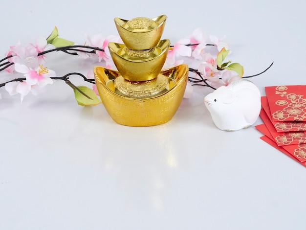 Zabawkowa Mysz Ze Złotymi Pojemnikami I Kwiatami Premium Zdjęcia
