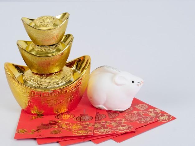 Zabawkowa Mysz Ze Złotymi Pojemnikami I Papierami Premium Zdjęcia