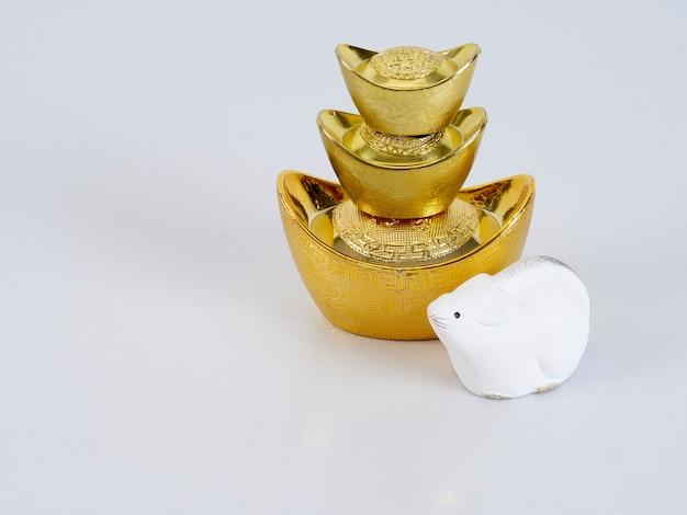 Zabawkowa Mysz Ze Złotymi Pojemnikami Premium Zdjęcia