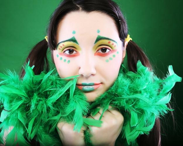 Zabawna Dziewczyna Na Zielonym Tle Premium Zdjęcia