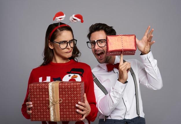 Zabawna Para Z Wieloma Prezentami świątecznymi Darmowe Zdjęcia