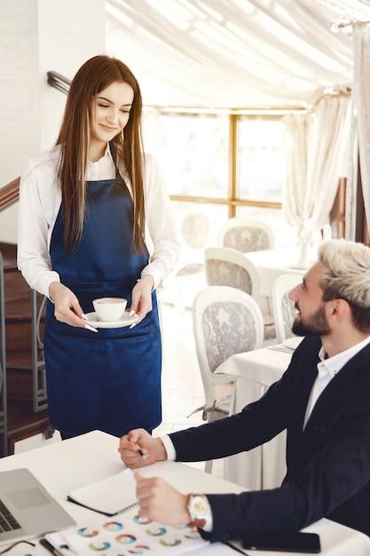 Zabawna Rozmowa Między Biznesmenem A Kelnerką W Restauracji Darmowe Zdjęcia
