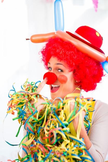 Zabawny clown na imprezie lub karnawał Premium Zdjęcia